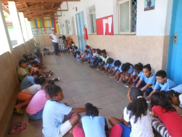 Monitoras da Casa da Criança Jesus, Maria e José trabalham a importância da confiança juntamente com as crianças da instituição